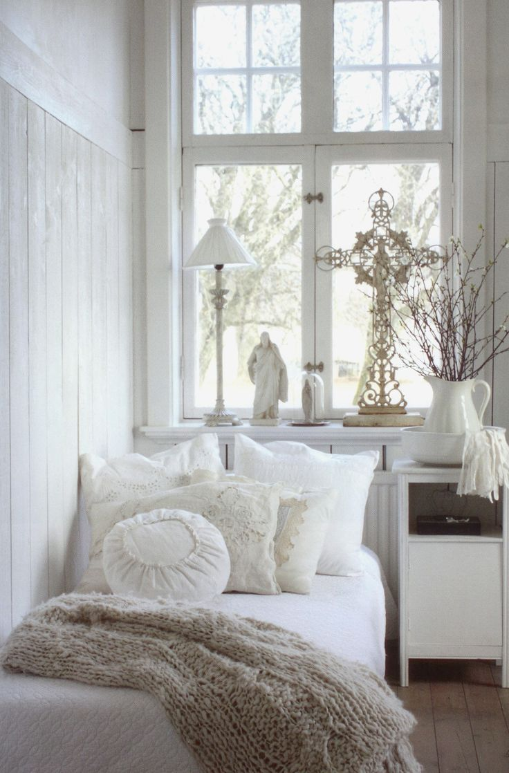 There's just something about crisp whites and neutrals. All this needs is a book and it would be perfect.