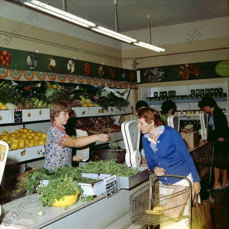 Verkauf von Obst und Gemüse in einem Lebensmittelladen (DDR), 1983