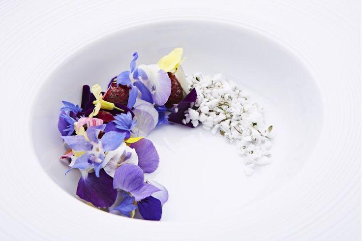 Framboises caramélisées, fleurs et meringue au thym - Restaurant Geranium, Copenhagen