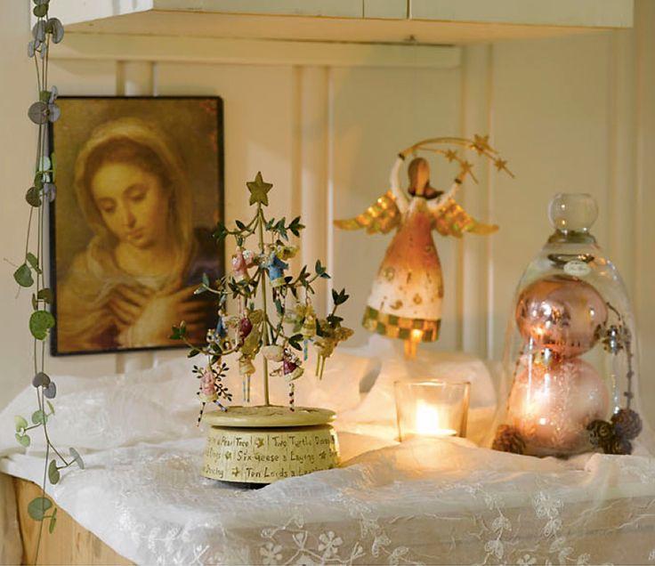 HJEMME HOS BENTE - RUSTIKK OG ROMANTISK JUL VED MJØSA: Fra toalettskapet fra Bentes bestemor våker Jomfru Maria over engler og julepynt | Marianne de Bourg - Idemagasinet