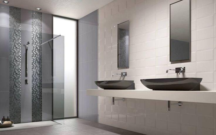 Elke wand een andere kleur en toch een geheel. In de douche ruimte is gekozen voor mozaiek banen in dezelfde tinten als de wandtegels. Voor de douchewand is gekozen voor getint glas.