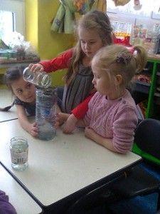 W poniedziałek w przedszkolu dzieci rozmawiały o tym, jak korzystamy z wody i zamieniamy ją na ścieki. I jak można oszczędzać wodę. Potem budowali oczyszczalnie wody. Do odciętej części butelki (taki lejek) po kolei wkładali: papierowy filtr, piasek, drobniutki żwirek, grubszy żwirek, drobne kamyki, większe kamyki. Każdy przedszkolak te materiały przyniósł z domu! I już wiedzą, jak oczyścić brudną wodę (czyli ścieki). Nie było łatwo, ale w przedszkolnych oczyszczalniach prawie się to udało!