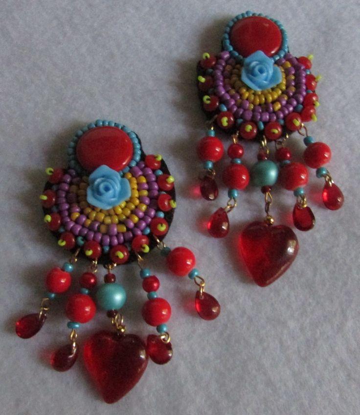 Aro clip, bordado a mano alzada sobre soporte fieltro , abalorios y corazón cristal rojo