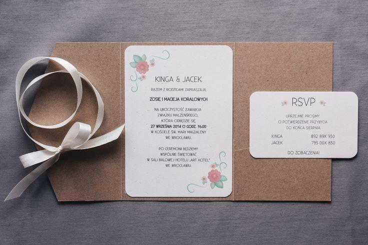 Rustic, floral wedding invitation. Kraft paper. | Zaproszenie ślubne w formie jednostronicowej kartki umieszczonej w folderze z brązowego papieru ekologicznego. Folder z uroczą opaską i wstążką.