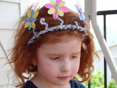 Kids' Activities: Pipe cleaner crown.