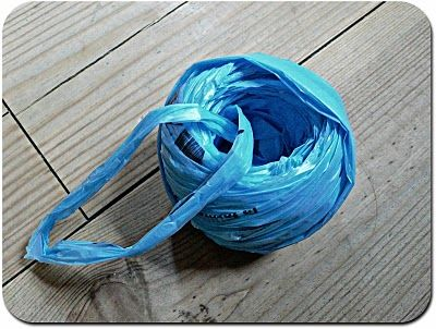 Crocheter du plastique : tuto pour préparer une pelote de bandes coupées dans des sacs plastique - Isabelle Kessedjian