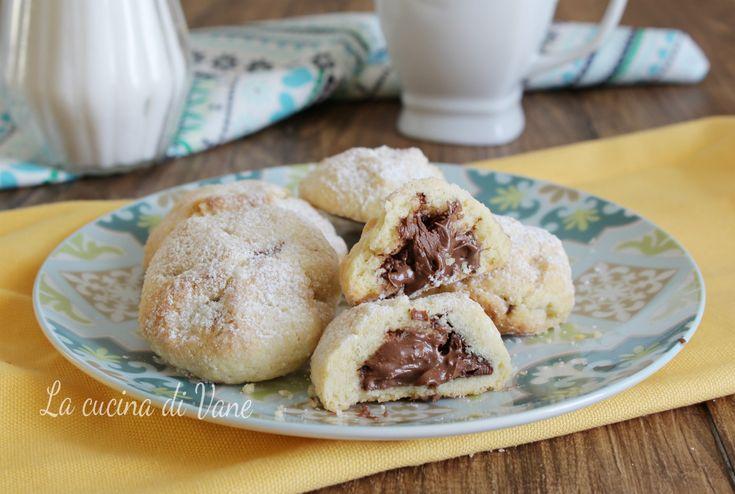 BISCOTTI MORBIDI cuor di NUTELLA ricetta facile e veloce per biscotti fatti in casa golosi dal cuore morbido di Nutella. Buonissimi per la colazione o la merenda, i biscotti morbidi cuor di Nutella si mantengono così per più giorni.