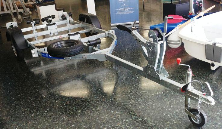 Remolque náutico NUEVO A ESTRENAR, de 5 m de largo total, neumático de 135/80 R13 (incluido soporte y rueda recambio), para embarcación fibra de 4,50m o semirrígida de 5m. Eje de 750 kg, y carga últil 500 kg con cabrestante de freno automático, tren de rodillos a popa basculantes, pilotos traseros que se retraen en