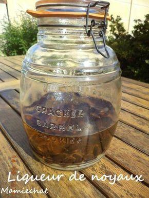 liqueur de noyaux d'abricots ( genre amaretto ) 100 noyaux d'abricots 1 l d'eau de vie à 45° 600 g de sucre en morceaux 1 dl de cognac