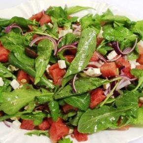 Salada de melancia com molho de hortelã e nozes