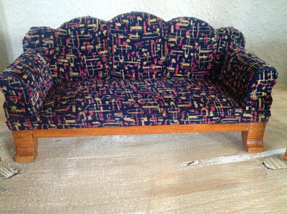 Antikes Sofa mit 2 passenden Stühlen. Die Möbel sind aus massivem Holz, leicht gepolstert und mit Stoff bezogen. Für ihr Alter sehr gut erhalten. Sofa ist 18 cm lang, 6,5 cm tief und ca 8 cm hoch. Stühle sind 6 cm breit, 5,5 cm tief und 11 cm hoch.