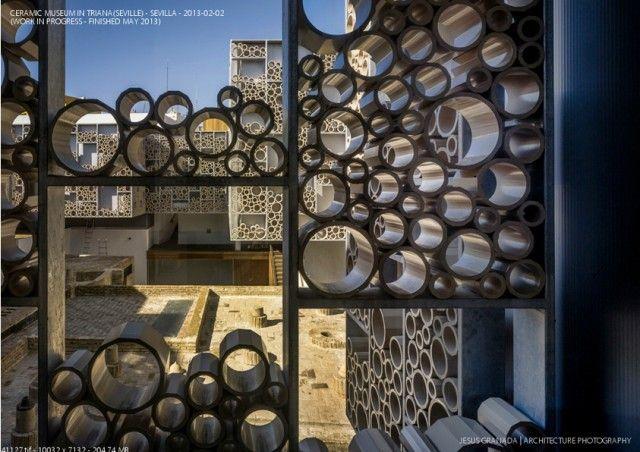 Celosia cerámica basada en secciones circulares. Forma inusual de colocar cerámica.  Centro de Cerámica de Triana / AF6 Arquitectos. Curioso!