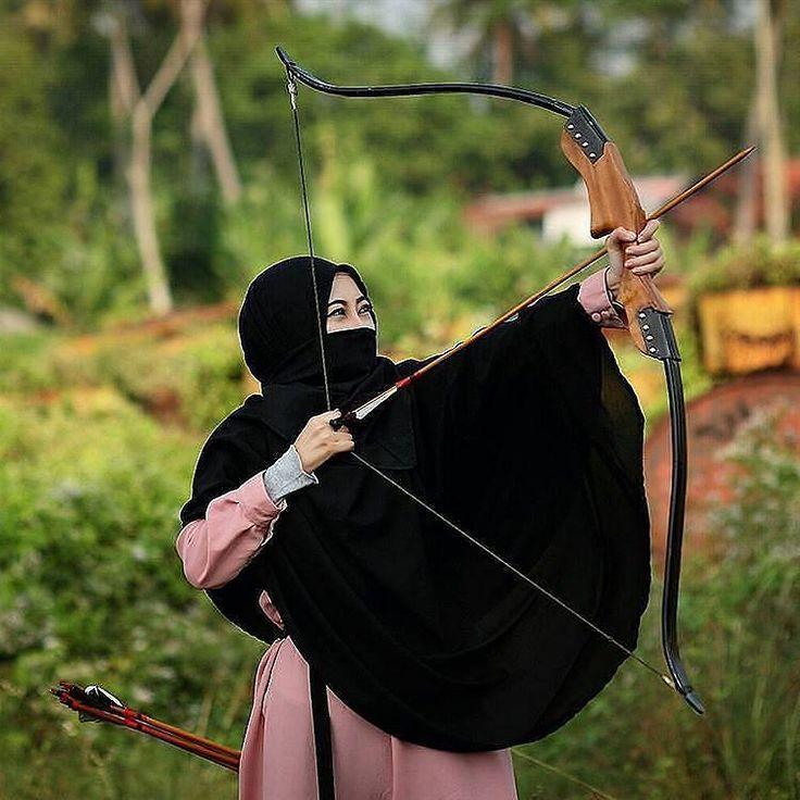 """Dari amirul mukminin umar al-faruq ibn al-khatab Rasulullah shallallahu'alaihi wassalam bersabda: """"Ajari anak-anak kalian berkuda berenang dan memanah"""" (Riwayat sahih bukhari/muslim) tidak ada hiburan keculi dalam tiga hal """": seorang laki-laki yang melatih kudanya candaan seseorang terhadap istrinya dan lemparan anak panahnya. Dan barang siapa yang tidak memanah setelah ia mengetahui ilmunya karena tidak menyenanginya maka sesungguhnya hal itu adalah kenikmatan yang ia kufuri (Hr imam…"""