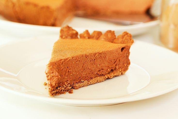 Готовый шоколадный тарт можно украсить взбитыми сливками и лесными ягодами. В качестве основы для шоколадного тарта, разумеется, можно использовать шоколадное печенье, измельченное в блендере и смешанное с растопленным сливочным маслом (100 гр. масла на 180 гр. печенья).
