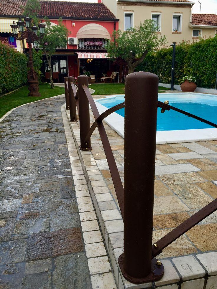 Parapetti su marciapiede piscina in stile moderno colore ruggine con bulloneria in ottone
