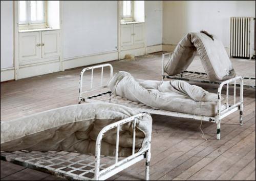 """Exposition à propos d'un hopital psychatrique  fait appel au sommeil agité des """"détenus""""   Maison Rouge - Paris"""