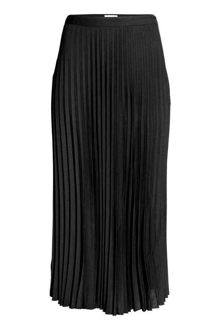 Plisowana spódnica: Spódnica z plisowanej tkaniny. Długość do połowy łydki, kryty suwak z boku. Brzeg u dołu obszyty owerlokiem.