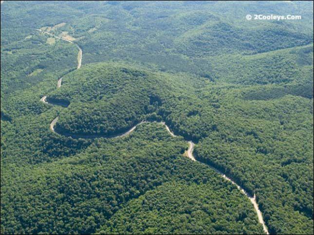 A Sárkány farka Több mint 300 kanyarjával a 129-es út 18 kilométeres szakasza Amerika egyik legveszélyesebb útja. A kanyargós útszakasz az Appalache-hegységben, Észak-Karolina és Tennessee határvidékén halad.