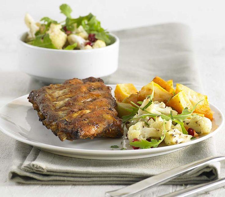 Ribbetjes met aardappelen in de oven en bloemkoolsalade