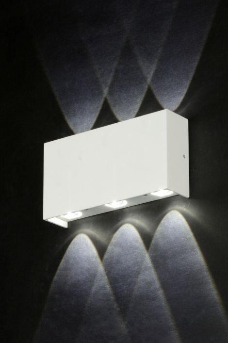artikel  71540 Bijzondere wandlamp, geschikt voor zowel binnen als buiten, voorzien van LED.  LED is zeer zuinig in gebruik en staat bekend om zijn lange levensduur. Tevens wordt het armatuur niet heet tijdens het gebruik. https://www.rietveldlicht.nl/artikel/wandlamp-71540-modern-design-aluminium-wit-mat-rechthoekig