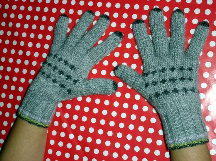 maintenant qu'ils sont offerts, je peux vous présenter mes cadeaux de Noël tricotés par mes soins !!! pour commencer, une paire de gants pour adultes. c'était la première fois que j'en faisais, et d'après leur propriétaire, ils sont très confortables...