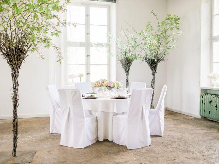 Ljus och vacker bordsdekoration med bland annat rosor, pioner och daggkåpa. Bordsdekorationerna är låga som gör det enkelt för bröllopsgästerna att se och samtala med varandra.