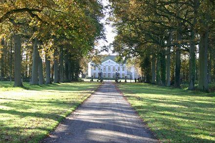 Huis Singraven op de grensroute door Twente, Overijssel De Twentse grensstreek is een schitterend coulisselandschap. Ga de grensroute fietsen in Twente en maak dit gebied tot je eigen toneel. De grensroute | 35 km |