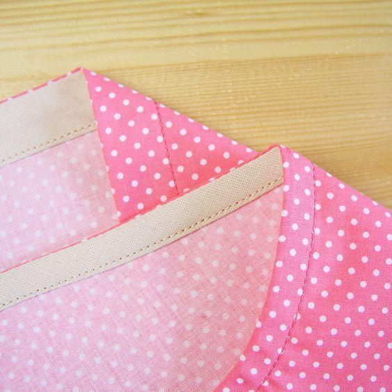 La técnica que hoy presentamos es ideal para acabar escotes, además de ser una solución en caso de escasez de tela o si deseamos añadir a la prenda un detalle decorativo o contraste.