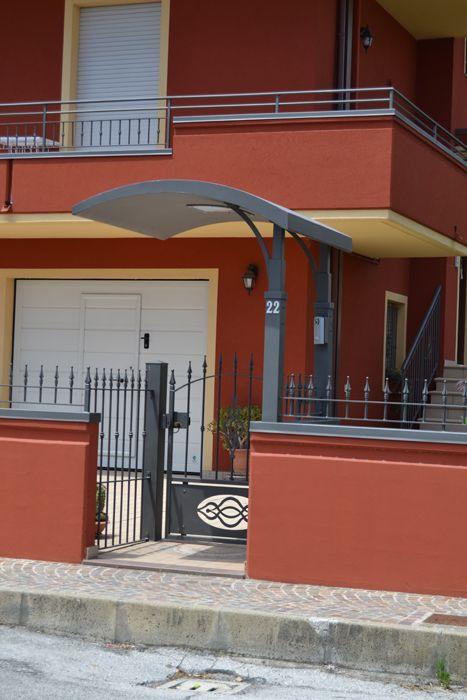ARTEFERRO s.r.l. - Particolare del cancello principale e della pensilina d'ingresso.