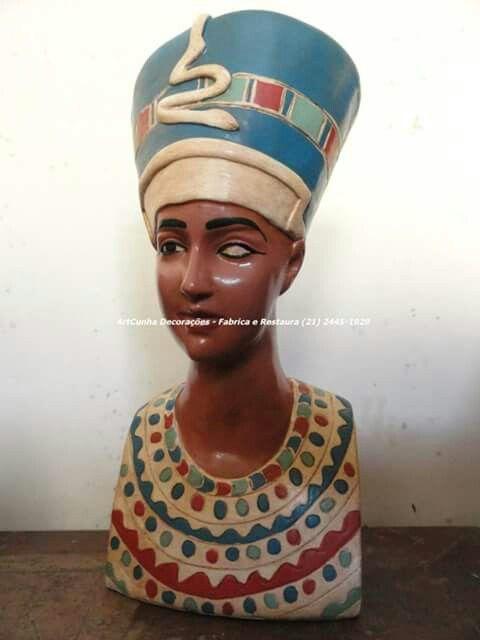 Pintura do busto de Nefertiti, similar ao encontrado no Museu Egípcio de Berlim. Reparar no olho esquerdo da peça, sem a íris. O segundo olho-incrustação nunca foi realizada. Fonte: Egyptian Museum and Papyrus Collection Berlin #nefertiti #rainha #egito #artesanato #egypt