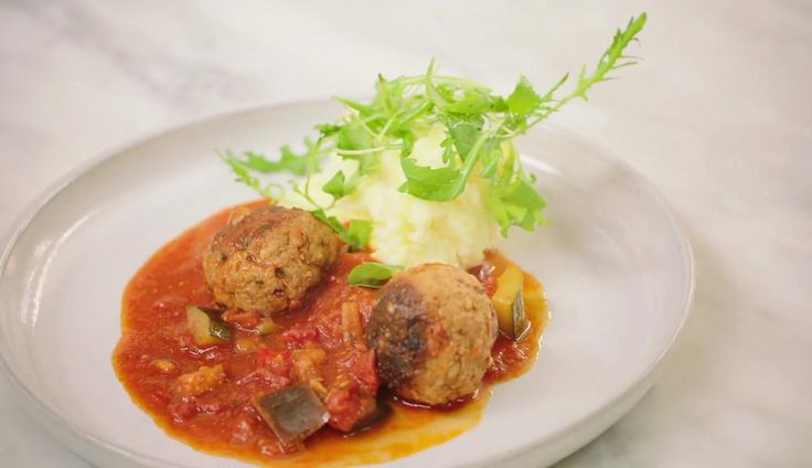 Dit is een topbereiding om kinderen groenten te doen eten. De basis zijn 'balletjes in tomatensaus' maar Jeroen voegt een heleboel zuiderse groenten toe. Met aardappelpuree natuurlijk.
