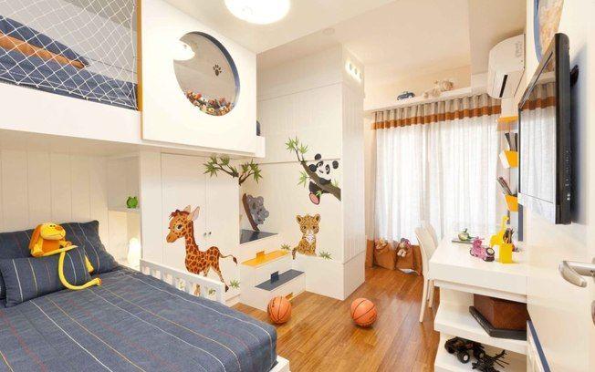 Desenhos de animais selvagens dão vida às paredes do quarto projetado pela arquiteta Cilene Monteiro Lupi. Repare nos degraus coloridos do beliche