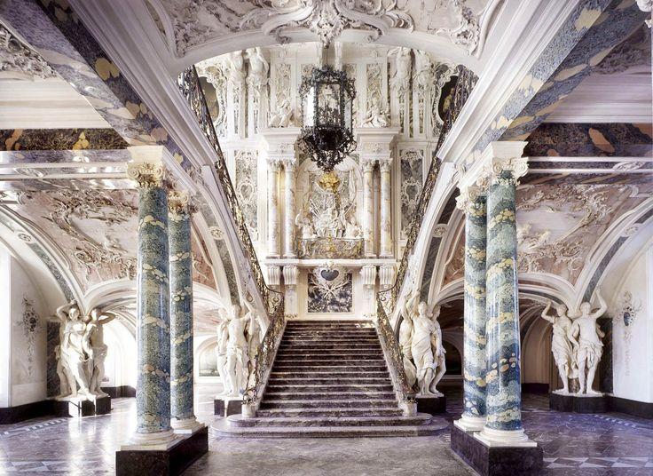 """La scala è uno degli elementi architettonici più ricchi di significati simbolici, e dunque più esposti ai """"virtuosismi"""" degli architetti. Quelli che vedrete qui, sono splendidi esempi di scalinate: dai Maya, al barocco, al contemporaneo."""