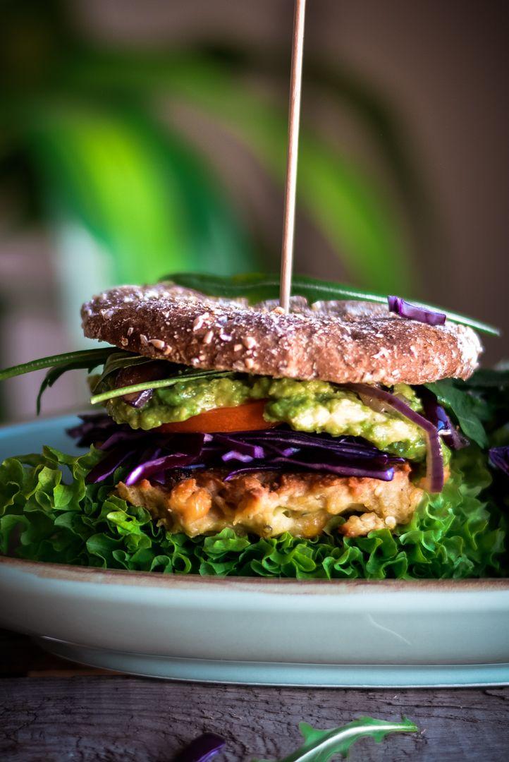 Ein leichtes Rezept für einen vegetarischen Burger mit Brötchen. Total veggie! Mit Kichererbsen und einer leckeren Avocado Creme.   Diesen Burger kannst du sehr gut selber machen auf Vorrat zubereiten. Die Burger Patties werden einfach in der Pfanne gebraten.   Das komplette Rezepte und mehr vegetarische Gerichte auf dem Food Blog: http://nutsandblueberries.de/mr-und-mrs-kichererbsenburger/  #Burger Patties selber machen #Burger soße