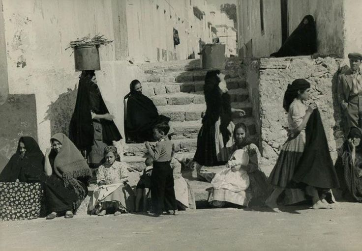 Mariann Greenwood Fishermen wives waiting, Portugal, Nazaré,1960-1969