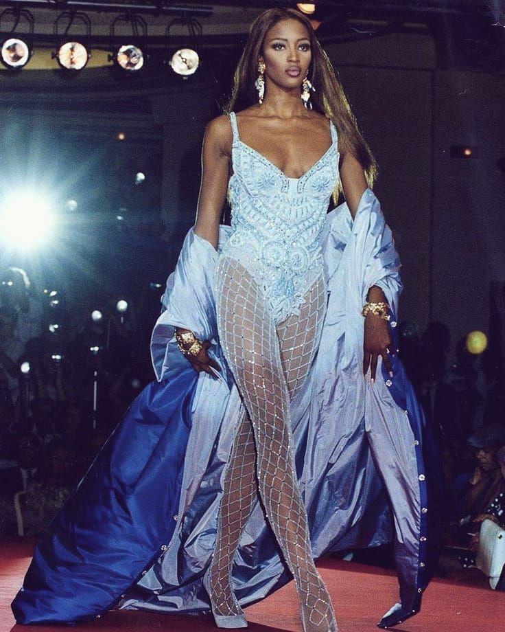 NAOMI CAMPBELL 👑 Gianni Versace Atelier Versace Fall/Winter 1991 #naomi #naom…