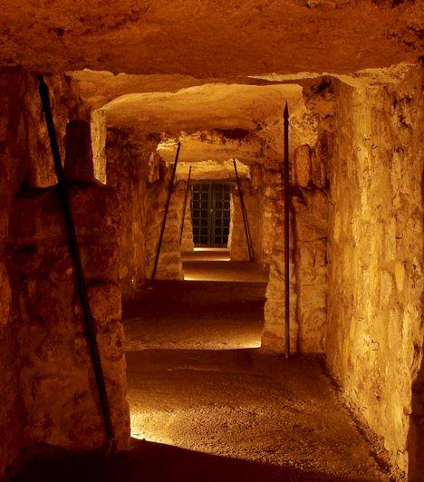 A Budavári Labirintus barlangrendszere az egyik legizgalmasabb hely a fővárosban. Bár korábbi formájában már nem látható - az eredeti kiállítás és a programok 2011-ben megszűntek -, a helyszín megmaradt, és új látnivalókkal várja az érdeklődőket.