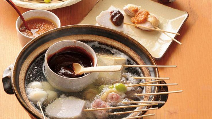 土井 善晴さんの鶏もも肉を使った「みそおでん」のレシピページです。風情があって、ゆっくり、穏やかに楽しめるお料理です。手づくりした田楽(でんがく)みそは、素材を引き立たせます。それぞれの具材を一つずつ取っては、串を抜き、みそをつける。時間の中にある幸せです。 材料: 鶏もも肉、ねぎ、こんにゃく、焼き豆腐、うずらの卵、ぎんなん、里芋、合わせみそ、しょうがみそ、昆布だし、すりごま、七味とうがらし、塩