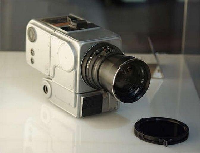 Esta es la 500EL/70 esta cámara fue la que se usó por Neil Armstrong y Edwin Aldrin  para realizar las fotos del primer viaje a la luna en 1969.tiene una mejora en resistencia a golpes y una mejora notable en la nitidez de las fotos.