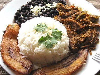 carne mechada con frijoles negros, arroz blanco, y platano maduro