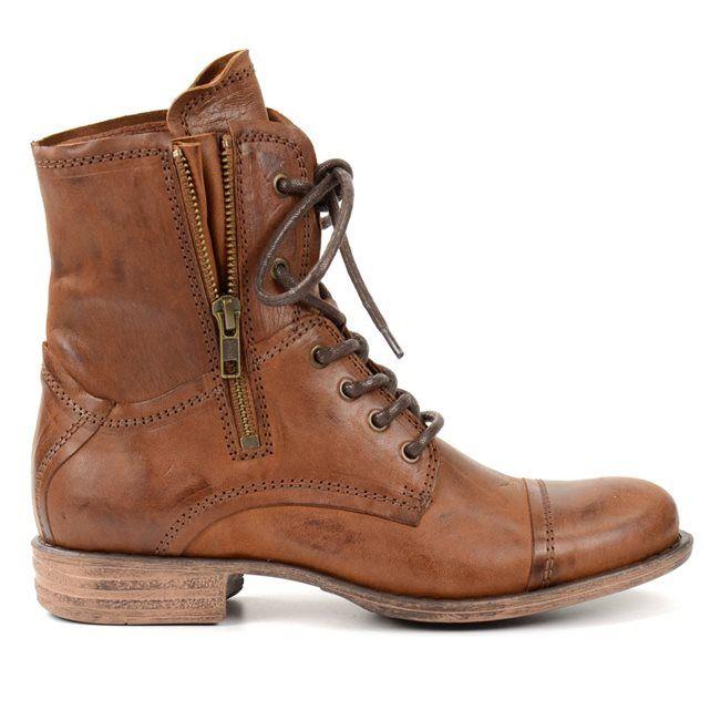 Combat boots - brun SACHA : prix, avis & notation, livraison.  Grunge meets fashionland ! Combat boots brunes en cuir avec une fermeture éclair en cuivre voyante à l'extérieur, vous permettant de porter les boots serrées ou desserrées. Hauteur de talon 2,5 cm, hauteur de tige 15 cm. Il y a une semelle intérieure amovible dans la chaussure.