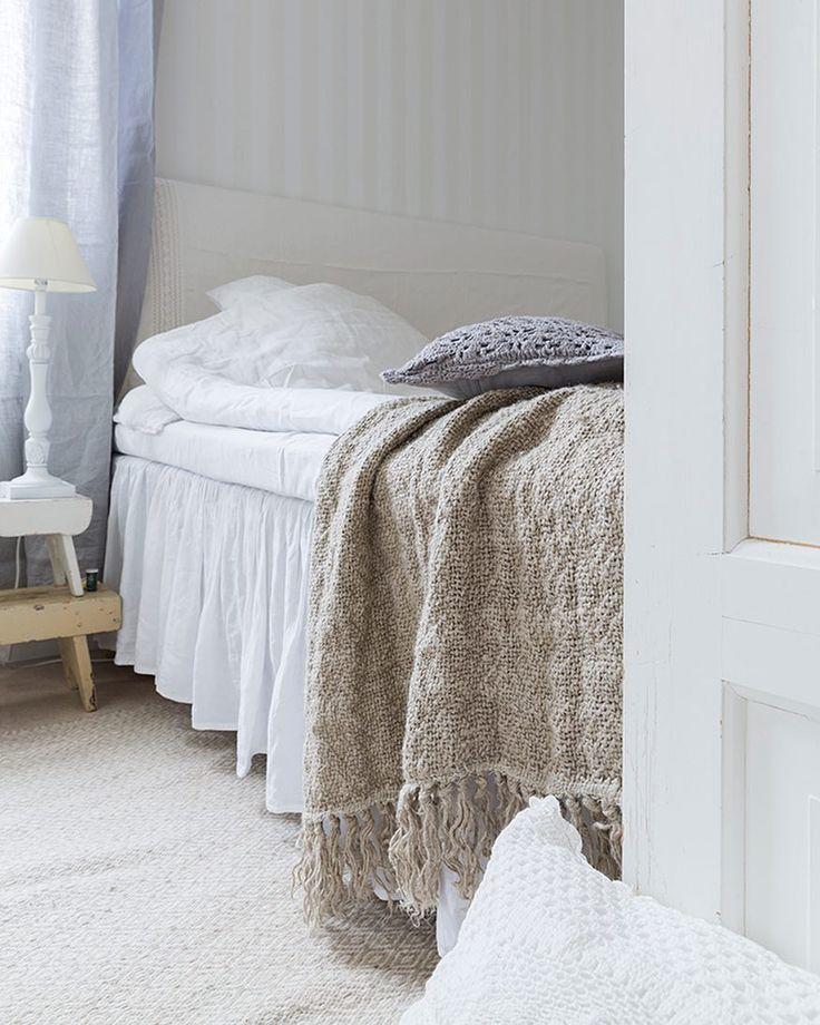 I vårt sovrum är det mesta av linne. Sängkläder sänggavel sängkappa gardiner och pläd. Mattan är i ull. Jag älskar naturmaterial! Här inne är inga renoveringar gjorda och hade jag fått välja hade det nog sett lite annorlunda ut. Tack fina ni för alla era gillanden och goa kommentarer. Vi bor ju i en hyresrätt med fula plastmattor och inredning från 90-talet och här kan vi inte göra som vi vill så det värmer i hjärtat att ni gillar så mycket. Från mitt hjärta. Tack I mostly use linen in our…