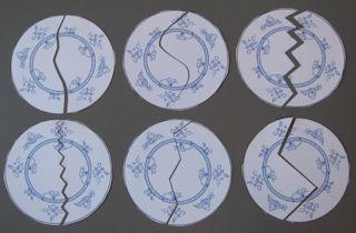 Knip de borden in verschillende patronen door. Geef elk kind een helft van een bord. Laat ze door de klas lopen en op zoek gaan naar het kind die de andere helft van het bord heeft. Knip de borden in vier stukken om het moeilijk te maken.