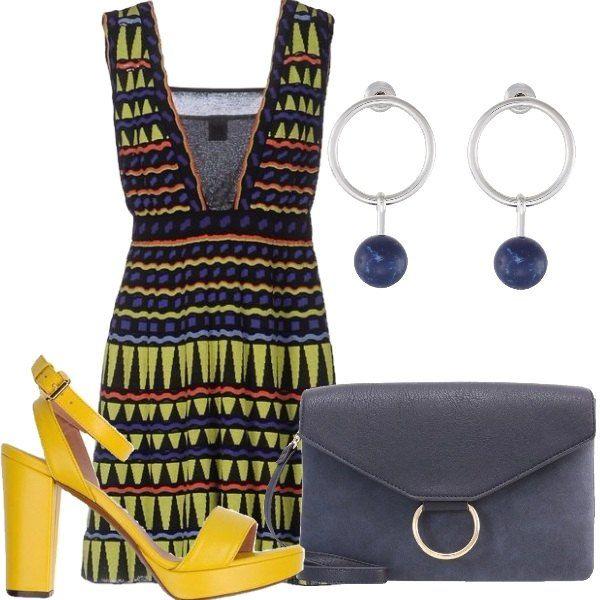 Outfit composto da vestito nella tipica fantasia della maison Missoni, sandali gialli con tacco grosso e cinturino alla caviglia, borsa blu e orecchini con pietra blu.