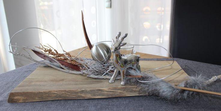 Altes Brett natürlich dekoriert mit einem Hirschen, Kunstfell, einer Edelstahlkugel und Teelichtglas! Preis 54,90€
