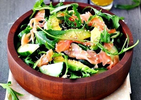 Füstölt lazacos, avokádós rukkola saláta