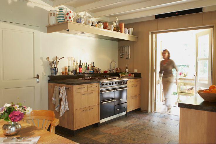 Lacanche fornuis in een open keuken. Modern gecombineerd met landelijke elementen.