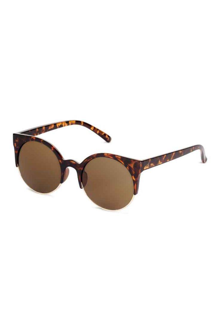 Okulary przeciwsłoneczne: Okulary przeciwsłoneczne z przyciemnianymi szkłami w  oprawkach z plastiku i metalu. Filtr UV.