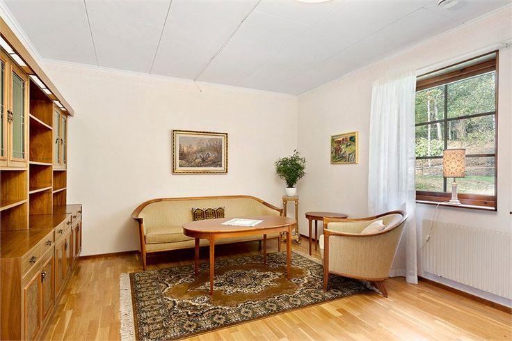 Vardagsrum Vardagsrummet ligger mitt i huset , ett stort vardagsrum på 21 kvm som har plats för både en soffgrupp och även matsalsmöbler. Golvet har ett parkettgolv i ek väggarna är tapetserade.