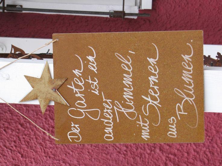 """Edelrost Schild mit Stern """"Der Garten ist...""""  Wunderschönes Edelrost Schild mit Stern als Dekoration für Haus und Garten.  Auch als Geschenk für gute Freunde und Bekannte eine tolle Idee.  Das Schild ist zum Hängen und wird inkl. Bast- oder Metallband geliefert.  Das Edelrost Schild ist mit folgendem Spruch versehen:  """"Der Garten ist ein anderer Himmel, mit Sternen aus Blumen""""  Maße:      Höhe: 33 cm     Breite: 25 cm  Preis: 19,- €"""